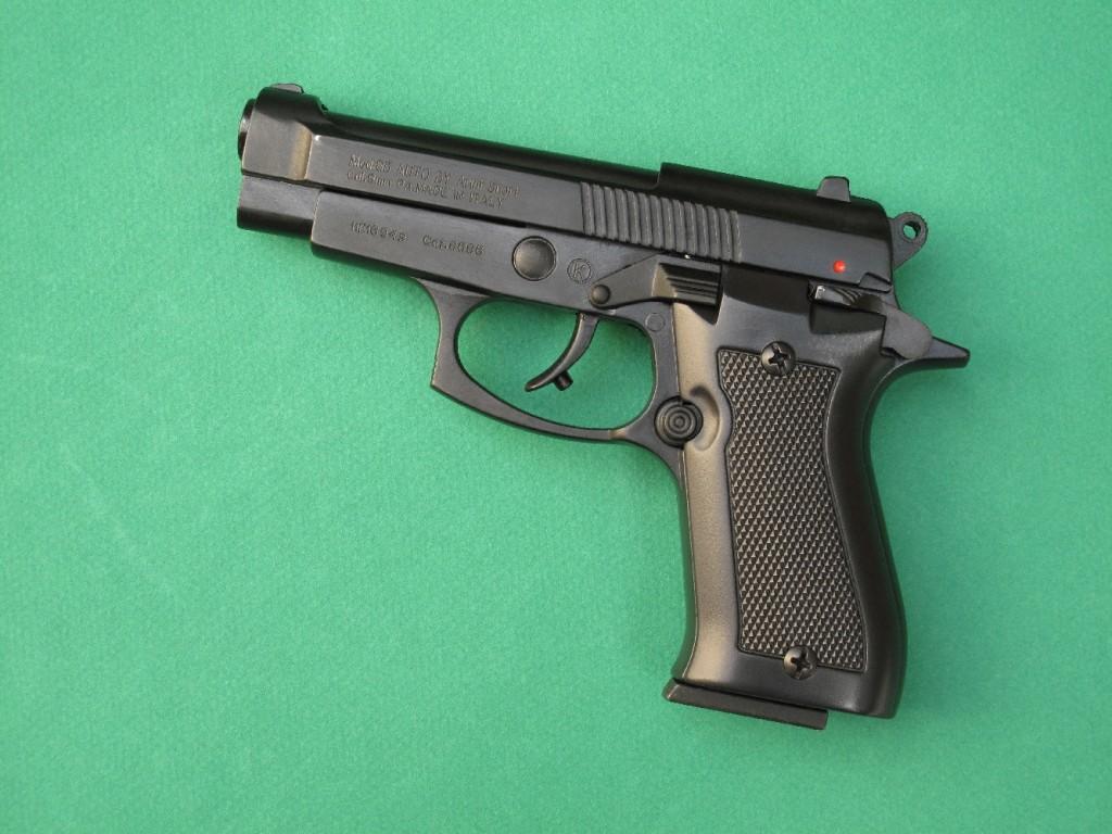 """Le pistolet d'alarme Armi Sport modèle 85 est une copie très réaliste chambrée en calibre 9 mm PAK (9 mm à blanc) du Beretta modèle 85 """"Cheetah"""", arme de défense compacte de calibre .380 ACP (9 mm court). Il permet le tir des cartouches à blanc, des cartouches """"Flash"""", des cartouches à gaz CS et OC (poivre), ainsi que des fusées lumineuses de 15 mm grâce à l'embout lance-fusées fourni."""