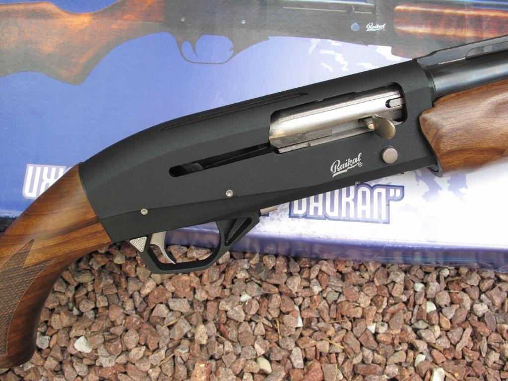 Second volet de notre banc d'essai de la gamme des fusils Baïkal, avec le test de ce modèle semi-automatique MP-155, dernier né de cette firme, chambré en calibre 12 Magnum. Son esthétique élégante et sa finition soignée contrastent avec l'habituelle rusticité des fusils russes.