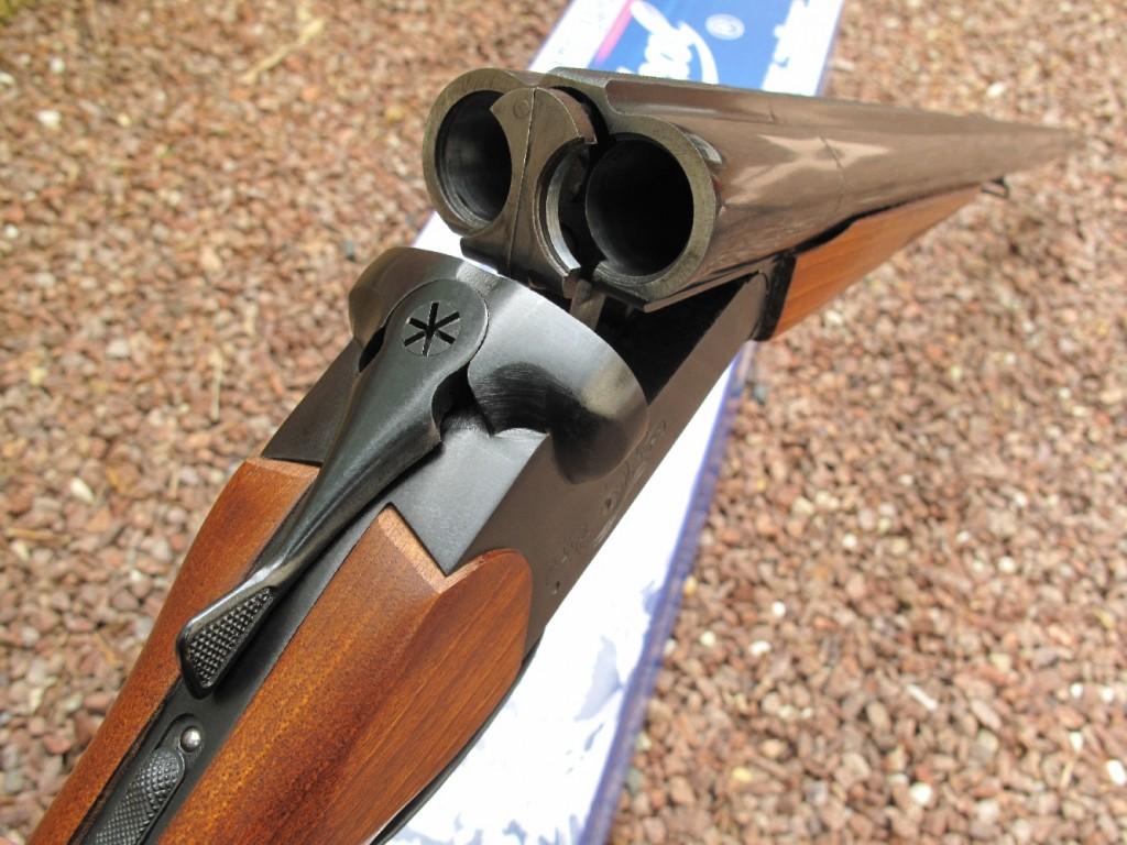 Troisième volet de notre banc d'essai de la gamme des fusils russes Baïkal, avec le test de ce modèle à deux canons juxtaposés MP-43 (également appelé IJ-43 ou IZH-43) dans sa version MP-43E (le suffixe E indiquant la présence d'éjecteurs automatiques), chambré en calibre 12/70.