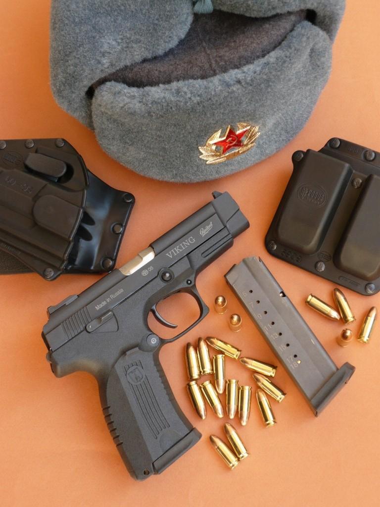 Le MP-446 « Viking » constitue la version sportive du pistolet PYa (du nom de son concepteur Vladimir Yarygin) adopté par l'armée et les forces de l'ordre russes en 2003, désigné 6P35 par les militaires et MP-443 Grach par son fabricant. Le MP-446 diffère essentiellement du MP-443 par sa carcasse moulée en polymère. Il est accompagné ici d'un holster et d'un porte-chargeurs Fobus (destinés au SIG SP-2022, dont les dimensions sont similaires) et d'une Chapka de l'armée russe.