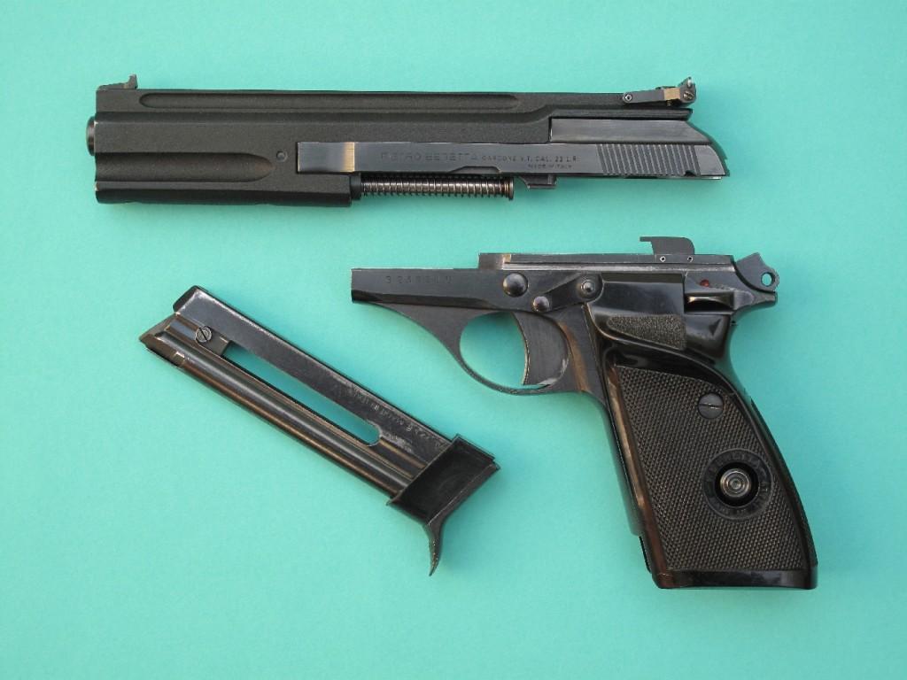 Démontage instantané : toute la partie supérieure de l'arme, constituée par le canon, la glissière, le ressort récupérateur et sa tige-guide, peut être instantanément extraite de la carcasse par coulissement vers l'avant, après avoir basculé à 90 degrés le levier de démontage situé sur le côté droit.
