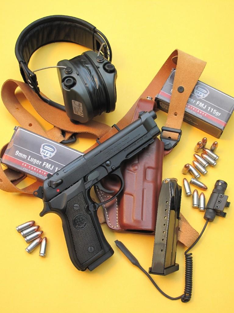 Le Beretta 92 A1, accompagné par un holster en cuir polyvalent (ceinture/dos/épaule) réalisé en Italie par Radar et de munitions MFS à douille en acier zingué et amorçage Berdan, fabriquées en Russie et importées aux USA par la holding suisse RUAG.