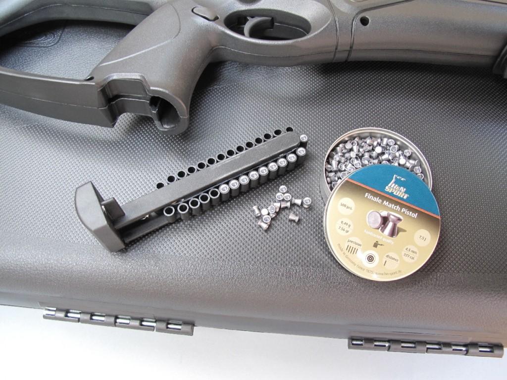 La carabine Beretta Cx4 Storm XT, de calibre 4,5 mm diabolo (.177), fonctionne au moyen d'une platine de type DAO (Double Action Only), l'alimentation étant assurée par un chargeur à chaîne de 30 coups et la propulsion par une capsule contenant 88 g de gaz carbonique liquide. Cette carabine est livrée avec une lunette grossissante, un compensateur et un bipied télescopique.