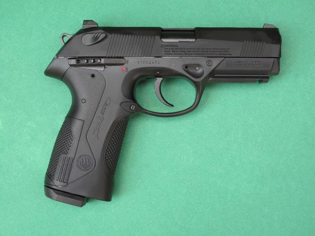 Le pistolet à CO2 Beretta Px4 Storm fabriqué par Umarex est un modèle blowback, à simple et double action, alimenté par un chargeur réversible de 2 fois 8 coups en calibre 4,5 mm (.177), pouvant recevoir des plombs de type diabolo ou des billes en acier de type BBs.