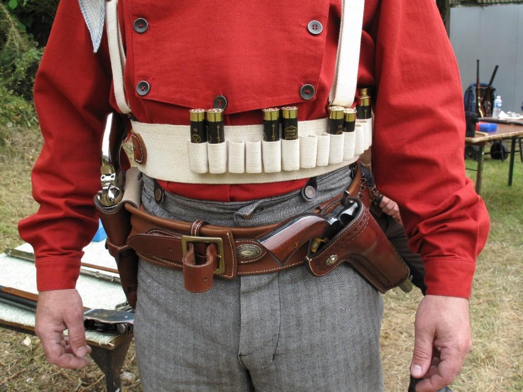 Cette discipline réclame, outre la tenue vestimentaire conforme à l'iconographie Old West, un équipement en cuir complet et fonctionnel afin d'assurer le port sécurisé des revolvers et des cartouches au cours des déplacements.