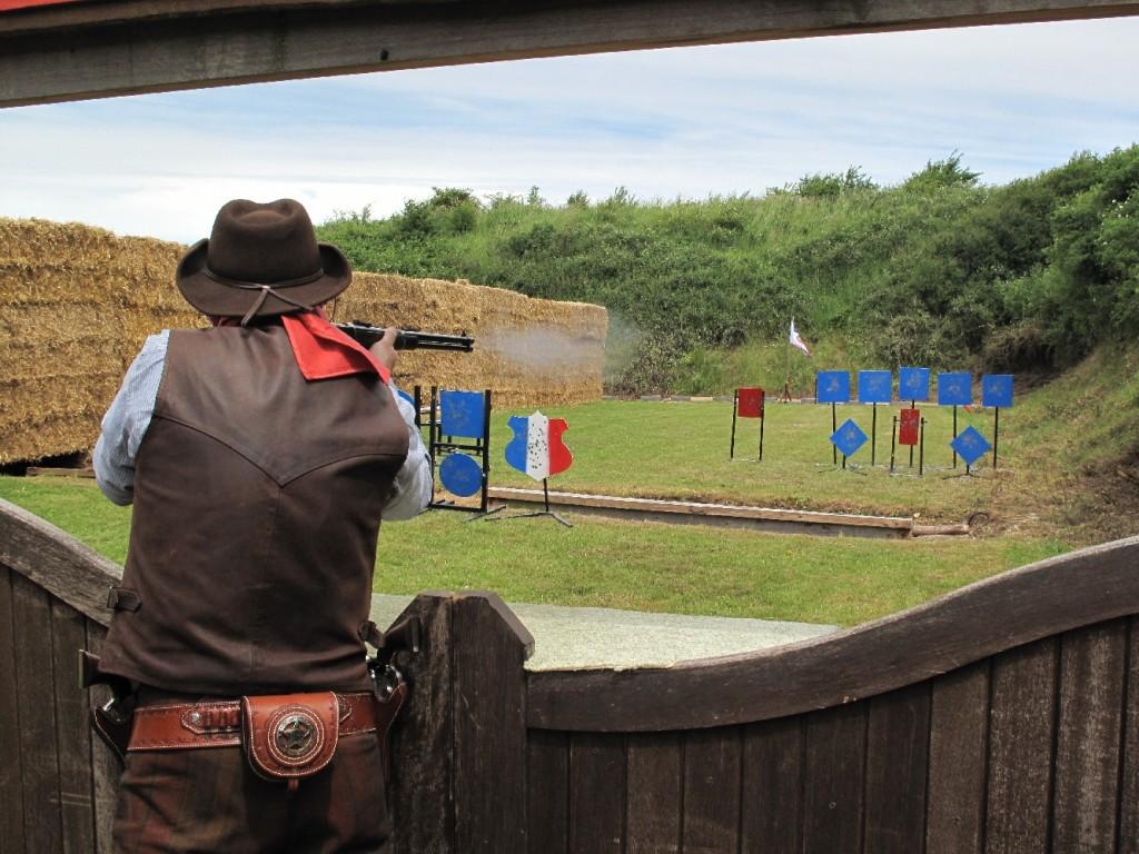 Tir à la carabine à répétition par levier de sous-garde.