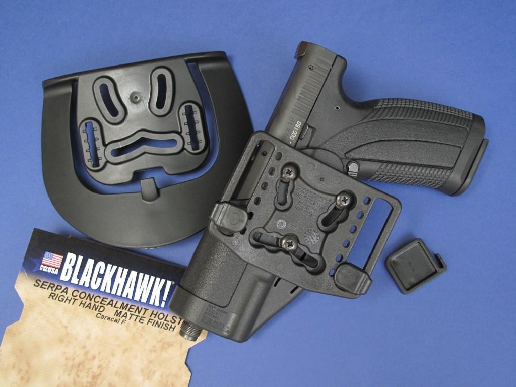 La firme américaine Blackhawk propose pour le pistolet Caracal son modèle Serpa Concealment, moulé en fibre de carbone. Il est livré avec deux platines amovibles qui permettent de le positionner en réglant finement sa hauteur et son inclinaison et de choisir son mode d'accrochage : belt (passé dans le ceinturon) ou paddle (qui permet d'installer ou retirer le holster sans déboucler le ceinturon).