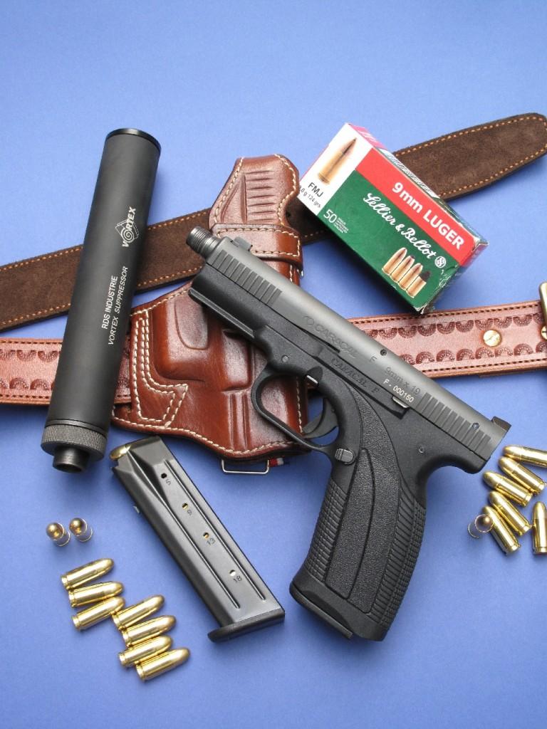 Le pistolet Caracal modèle F, à canon fileté, accompagné par son chargeur de rechange, un modérateur de son « Vortex » fabriqué par la firme française RDS Industrie et un holster « G.I. » polyvalent aisselle/ceinturon réalisé par la maison française La Sellerie du Thymerais.