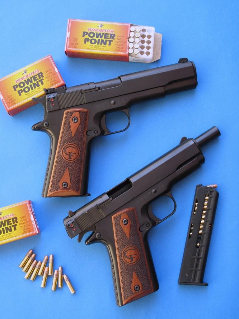 Le modèle Standard se présente comme une copie du Colt 1911-A1 adaptée au petit calibre à percussion annulaire, tandis que le modèle Target se démarque par sa hausse réglable et son guidon installés à queue d'aronde. La présence de jolies plaquettes de crosse en noyer ne suffit pas à faire oublier que cette arme est directement issue d'une lignée de pistolets d'alarme prévus pour le tir à blanc et à gaz.