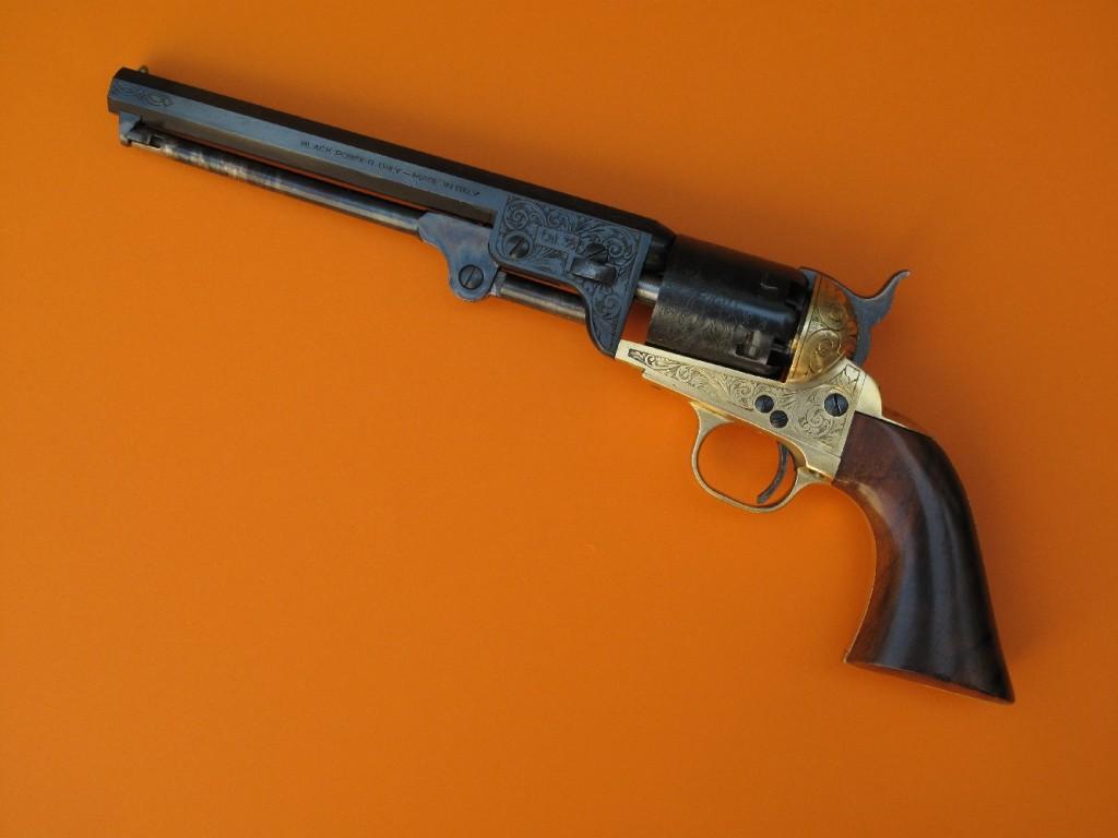 Réplique du Colt Navy modèle 1851 fabriquée par Pietta en 1977 (poinçon AC du banc d'épreuve de Gardone Valo Trompia). Il s'agit d'un revolver à percussion à 6 coups en calibre .36 (chargement par l'avant du barillet), avec un canon long de 7 pouces ½ (190 mm).