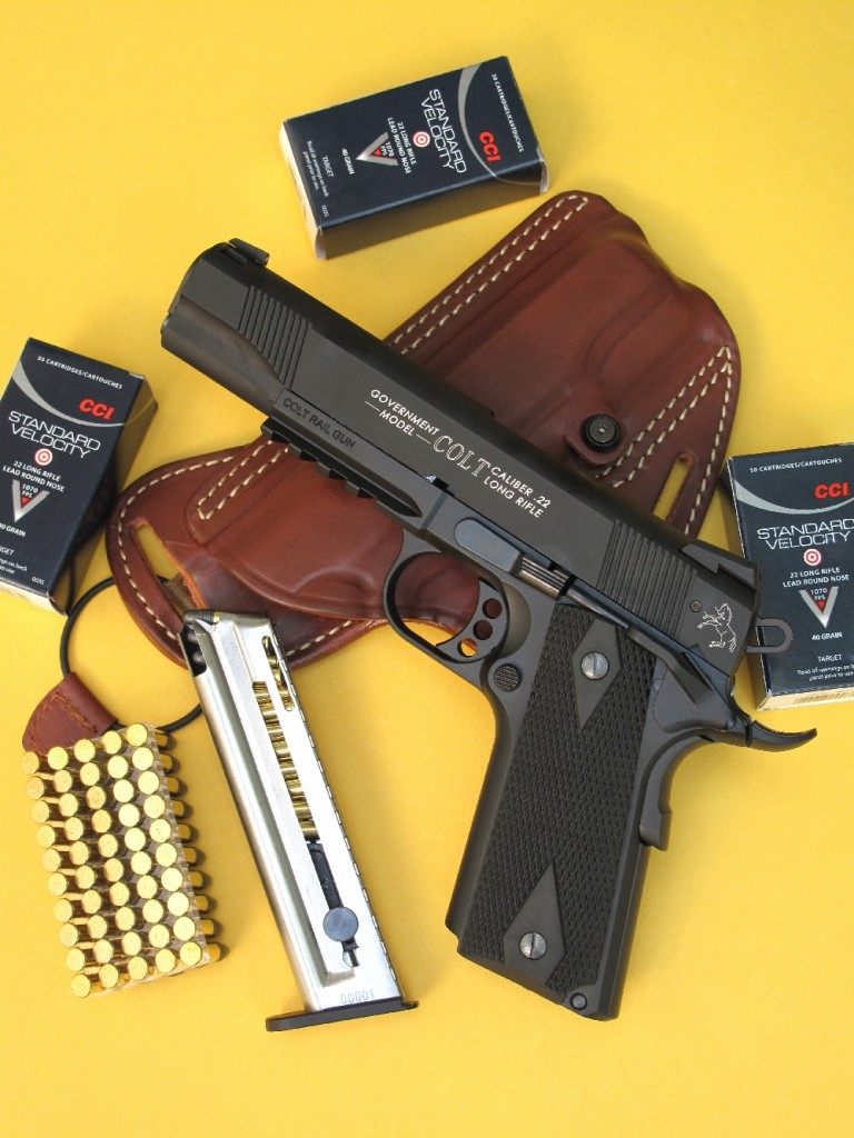 L'un des principaux attraits de ce pistolet Colt 1911 Rail Gun réside dans son canon fileté à la bouche, lui permettant de recevoir un modérateur de son (comme le Still n°4 dont nous l'avons équipé pour notre banc d'essai). Il est ici accompagné par son chargeur de 12 coups, un holster de dos en cuir fabriqué en Toscane par la firme Radar et des cartouches Vitesse Standard Target manufacturées aux USA par CCI.