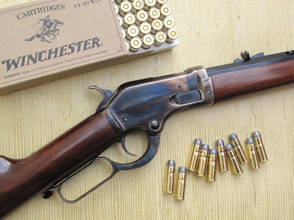 Cela ressemble à une Winchester, mais ce n'est pas une Winchester ! La carabine Burgess, dont la firme italienne Aldo Uberti nous propose la réplique, est un modèle atypique, réalisé par la maison Colt en 1883 dans le but de ravir à Winchester ses parts de marché.