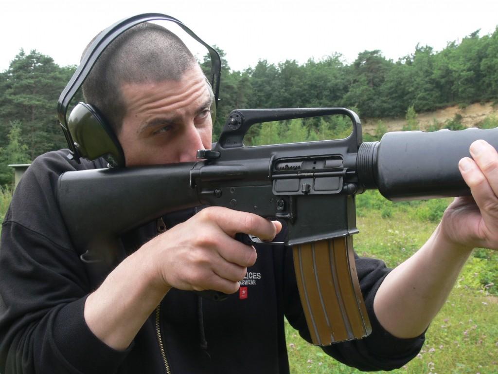 Digne successeur de la petite carabine U.S. M1, le fusil d'assaut Colt M 16 A1 (appellation armée américaine), également connu sous les dénominations AR-15 (appellation d'origine Armalite) et Mod. 613 (appellation commerciale COLT), constitue de l'avis de nombreux spécialistes l'arme la plus extraordinaire qui ait jamais été attribuée aux GI's. Le recul étonnamment faible engendré par cette puissante munition de petit calibre rend le tir extrêmement confortable tandis que l'équilibre judicieux et la prise de visée très ouverte de l'œilleton privilégient le tir rapide instinctif.