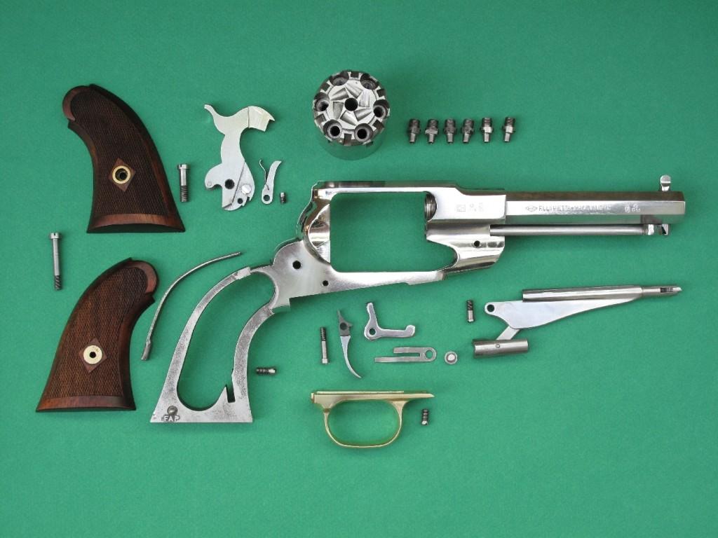 Le démontage complet du modèle « Sheriff » fabriqué par Pietta ne pose aucun problème particulier, mais il est à noter que l'axe du barillet reste prisonnier, en raison du raccourcissement de son canon par rapport à la version standard du Remington New Model Army 1858.