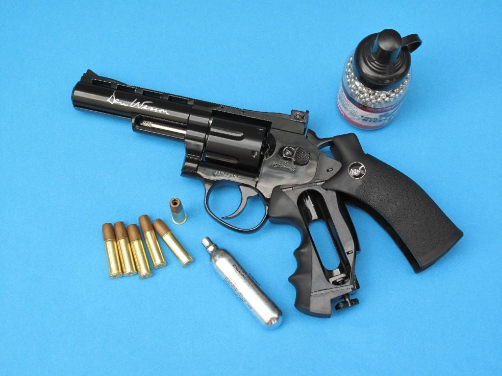 Le revolver Dan Wesson à CO2 (ici le modèle « bronzé noir », à canon de 4 pouces) est doté d'un barillet basculant et livré accompagné de six fausses cartouches et d'un Speed Loader qui permettent de le charger de façon très réaliste.