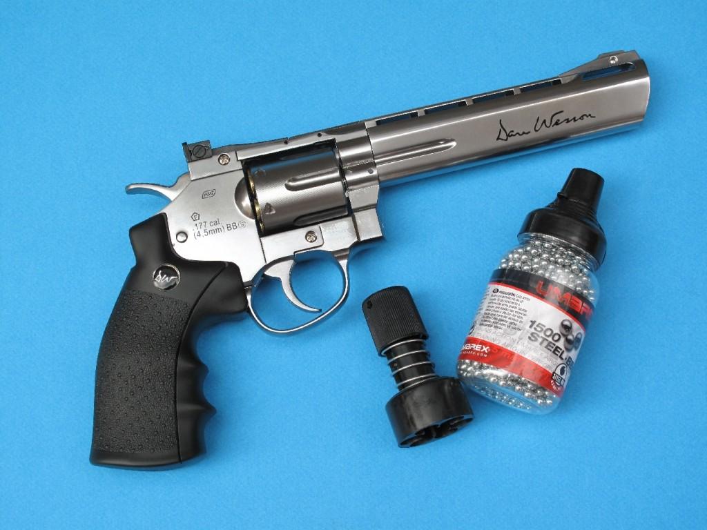 Le Dan Wesson à CO2 est un revolver à six coups, à canon de 4 et 6 pouces, qui tire de petites billes de calibre 4,5 mm Steel BBs (billes en acier nickelé ou cuivré) dont la propulsion est assurée par une cartouche standard de 12 g de gaz carbonique liquide.