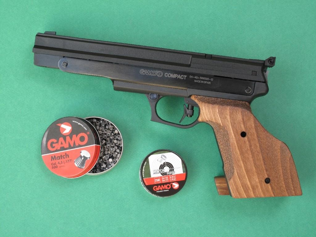 Le modèle « Compact » de la firme espagnole GAMO est un pistolet à un coup, à simple action, qui tire les plombs de 4,5 mm de type Diabolo. L'énergie est fournie par de l'air pré-comprimé manuellement au moyen d'un piston situé sous son canon basculant.