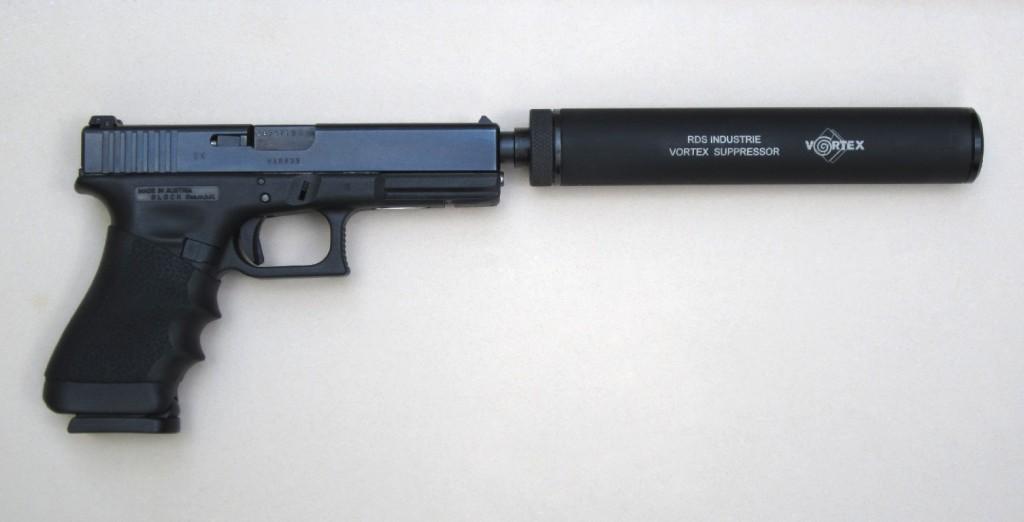 Le pistolet semi-automatique Glock 17, équipé d'un modérateur de son « Vortex » fabriqué par la firme française RDS. Les silencieux Vortex se démarquent notamment par le fait qu'ils ne nécessitent absolument aucun entretien et qu'ils permettent le fonctionnement, non seulement des armes semi-automatiques comme le pistolet Glock, mais encore des armes automatiques (pistolets mitrailleurs) employées par les militaires.