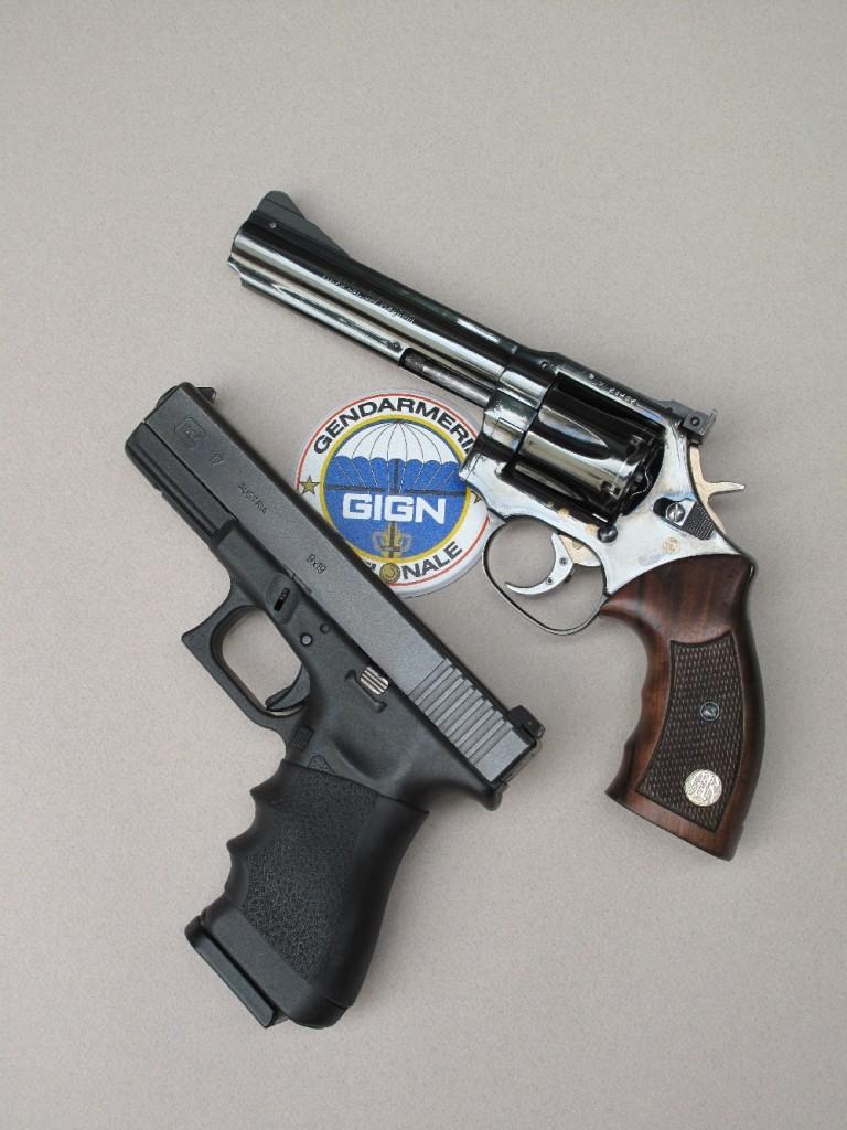 Confrontation au sommet entre deux armes mythiques, adoptées par les groupes d'intervention de la police et de la gendarmerie, qui ont marqué de leur empreinte deux époques bien distinctes : le revolver Manurhin MR-73, accompagné des six cartouches de calibre .357 Magnum que peut contenir son barillet et le Glock 17, accompagné des dix-huit cartouches de 9 mm Parabellum qu'il peut accueillir (17 dans le chargeur et une dans la chambre).