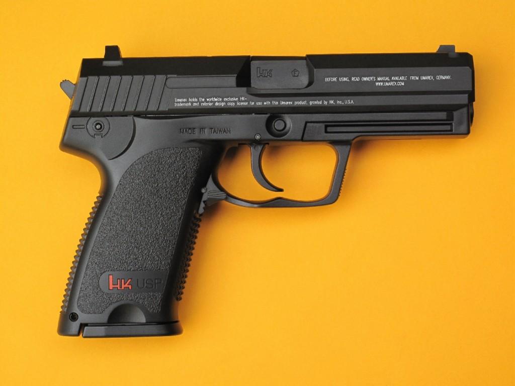 Le Heckler & Koch modèle USP de la firme allemande UMAREX est un pistolet DAO (tire uniquement en double action) qui tire les petites billes sphériques Steel BBs, en acier nickelé ou cuivré, de 4,5 mm de diamètre. Il dispose d'un chargeur de 22 coups et la propulsion est assurée par une capsule de 12 g de CO2.