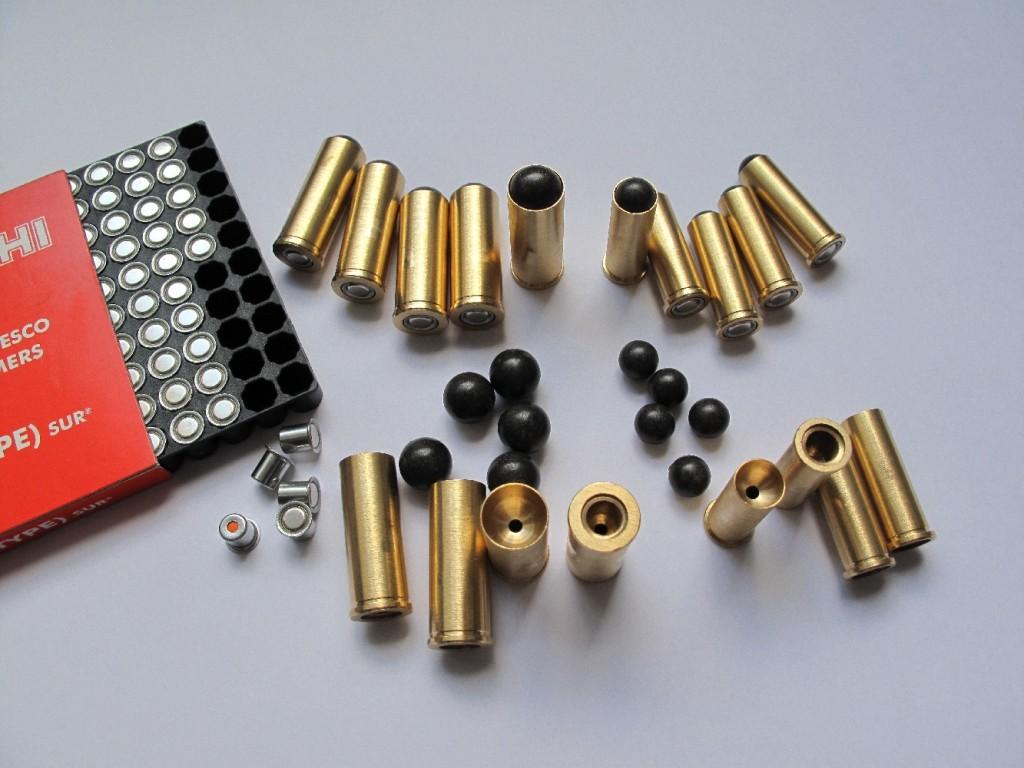 Ces munitions destinées à la pratique du tir réduit, dont le rechargement est considérablement simplifié, permettent d'utiliser les revolvers de gros calibre à courte distance, dans les lieux les plus divers, avec une bonne précision et en toute sécurité grâce à leur faible puissance (pas de charge de poudre).