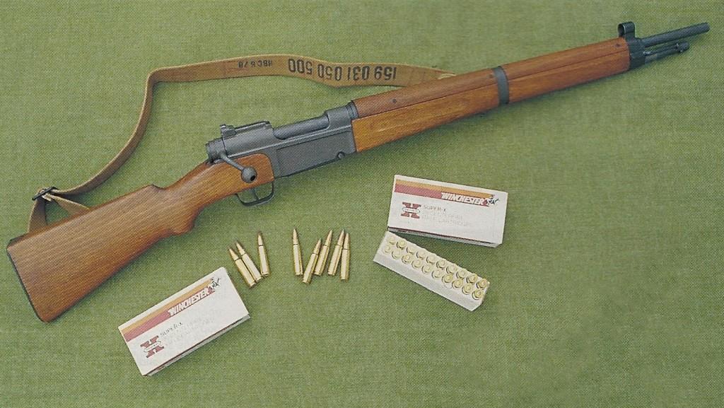 Le MAS (Manufacture d'Armes de St-Etienne) modèle 1936 est un fusil à répétition dont la construction sommaire doit être considérée comme un chef-d'œuvre de simplicité et de robustesse, qualités essentielles sur une arme militaire. Cet exemplaire rechambré en calibre civil, en l'occurrence le .300 Savage, permet l'utilisation des lames-chargeur réglementaires pour un approvisionnement rapide de son magasin.