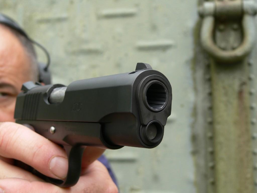 Le Para-Ordnance 1911 LTC se démarque des modèles auxquels nous avait habitués la firme canadienne par sa poignée plate renfermant un chargeur à simple pile d'une capacité de 8 coups. A l'instar du Colt Combat Commander, dont il reprend les dimensions compactes, ce pistolet est bien équilibré et il bénéficie de très bons éléments de visée.