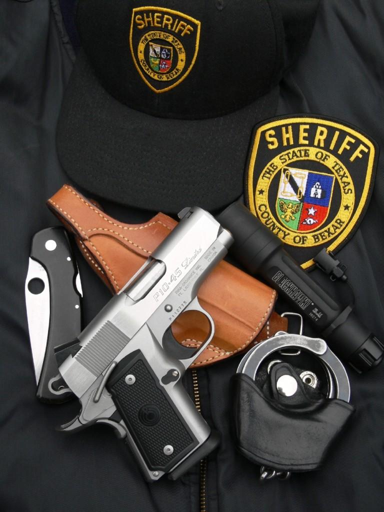 Le pistolet canadien Para-Ordnance P10-45 Limited est accompagné ici d'un holster en cuir fabriqué par Bianchi International Gun Leather et d'un porte-chargeur en cordura, avec insert interne en polymère, réalisé par Uncle-Mike's. Que nous le nommions « ultra-compact », « back-up », « arme de secours » ou bien encore « arme de la dernière chance », ce pistolet de petite taille présente l'avantage de chambrer le plus gros des calibres courants destinés aux PA et d'offrir à son utilisateur une capacité confortable de dix coups plus un.