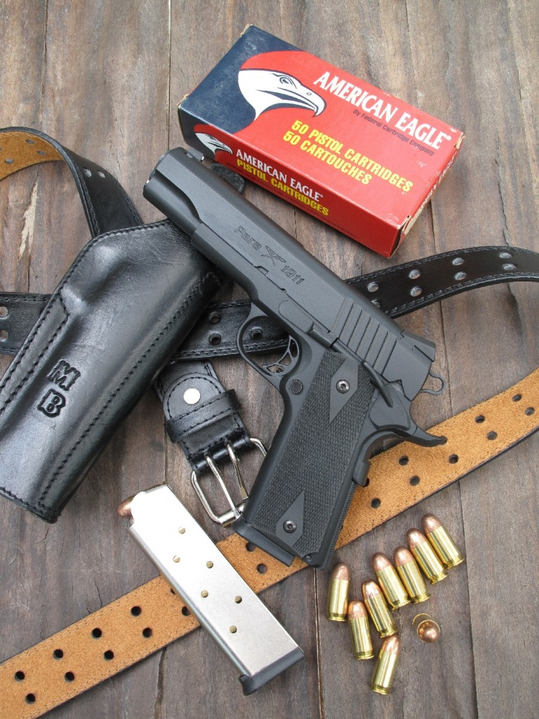 Le Para-Ordnance 1911 SSP se présente comme une copie sobre et moderne du Colt 1911-A1, bénéficiant des améliorations essentielles pour en faire une arme de combat efficace. Il est ici accompagné par ses deux chargeurs de 8 coups et une boîte de cartouches American Eagle manufacturées par la firme américaine Federal.