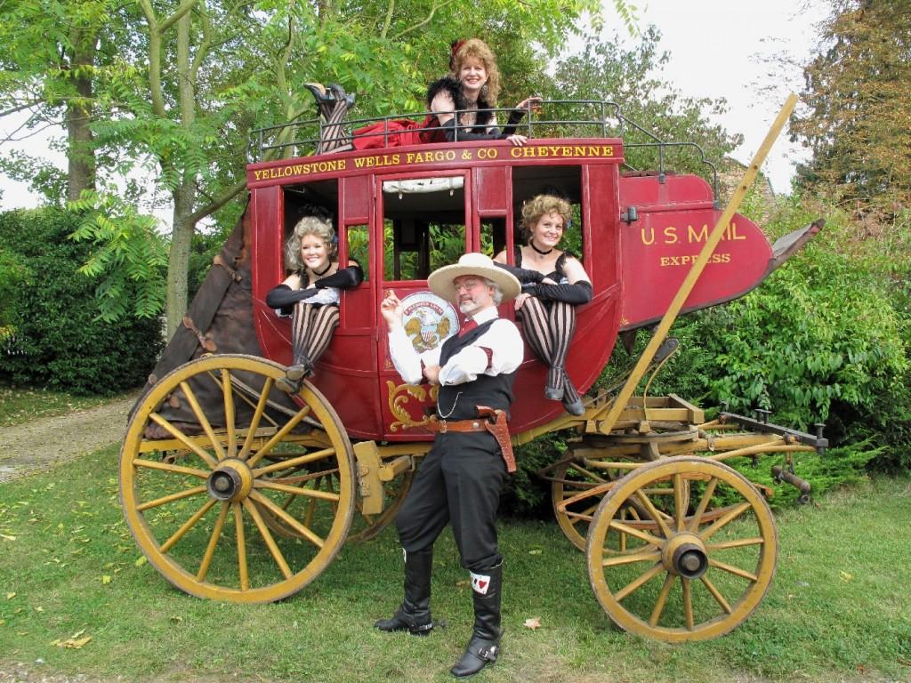 Nombreux ont été les cowboys désireux de se faire photographier devant le désormais célèbre Stage Coach de l'U.S. Mail Express, entouré des « girls » venues des Etats-Unis.