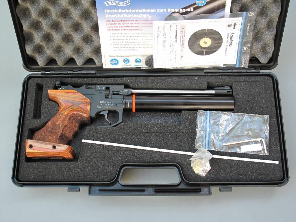 Le pistolet-revolver à air comprimé modèle Twinmaster Top, de la firme allemande Röhm, est alimenté par un réservoir d'air pré-comprimé lui assurant une autonomie d'environ 200 coups. C'est un modèle polyvalent, à simple et double action, culasse à un coup interchangeable avec un barillet à huit coups, qui tire les plombs de 4,5 mm de type Diabolo.