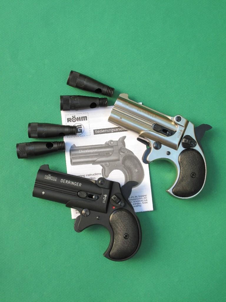 """Cette très belle copie du Remington Double Derringer modèle 1866 réalisée par la firme allemande Röhm se démarque par sa réalisation en acier, sa finition soignée, sa modernisation (par la présence d'un levier de sûreté qui n'existait pas sur le modèle d'époque) et par la possibilité de tirer diverses munitions : cartouches à blanc, cartouches """"Flash"""", cartouches à gaz CS (lacrymogène) ou à gaz OC (également appelé gaz poivre ou piment OC)."""