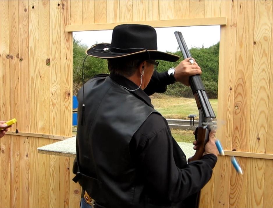 Rechargement rapide d'un coachgun, fusil à deux canons courts juxtaposés.