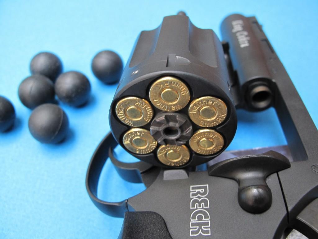 Revolver d'alarme et de défense Reck modèle « King Cobra », à 6 coups en calibre 9 mm RK (cartouches à blanc ou à gaz), avec tube lanceur intégré au canon permettant le tir des balles en caoutchouc de 18,5 mm de diamètre.