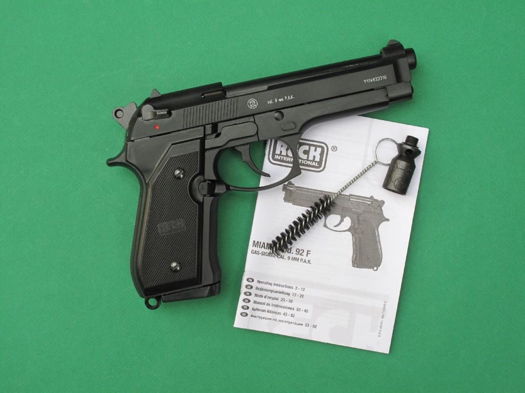 """Le pistolet d'alarme Reck Miami 92 F est une copie du Beretta 92 F chambrée en calibre 9 mm PAK (9 mm à blanc). Il permet le tir des cartouches à blanc, des cartouches """"Flash"""", des cartouches à gaz CS ou gaz OC, ainsi que des fusées colorées de 15 mm grâce à l'embout lance-fusées fourni avec le pistolet (voir notre test en fin de vidéo)."""