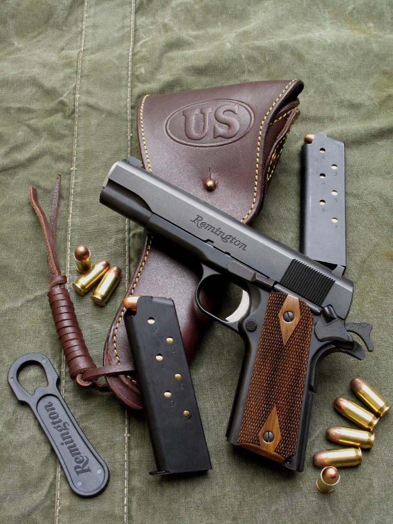 Ce pistolet, qui se présente comme une copie du modèle réglementaire utilisé par les soldats du contingent américain en 1918, exhibe fièrement le nom de son célèbre fabricant, un marquage que l'on n'avait quasiment plus vu figurer sur une arme de poing depuis 1934, dernière année de la production du pistolet Remington modèle 51. Il est accompagné ici d'une réplique du holster réglementaire en cuir modèle 1916 de l'US Army, réalisée par le fabricant français La Sellerie du Thymerais.