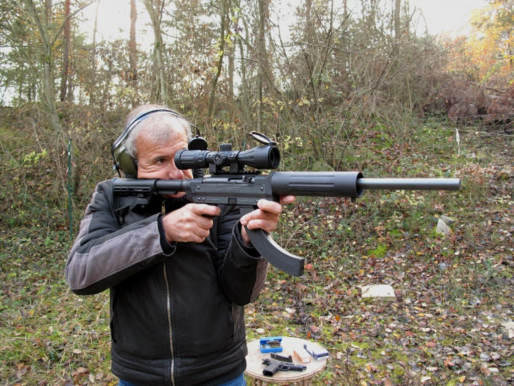 Cette carabine de petit calibre aux allures de fusil d'assaut, qui porte la signature prestigieuse de la firme américaine Remington, ne se contente pas d'offrir une esthétique attrayante : son canon lourd flottant lui procure une excellente précision.