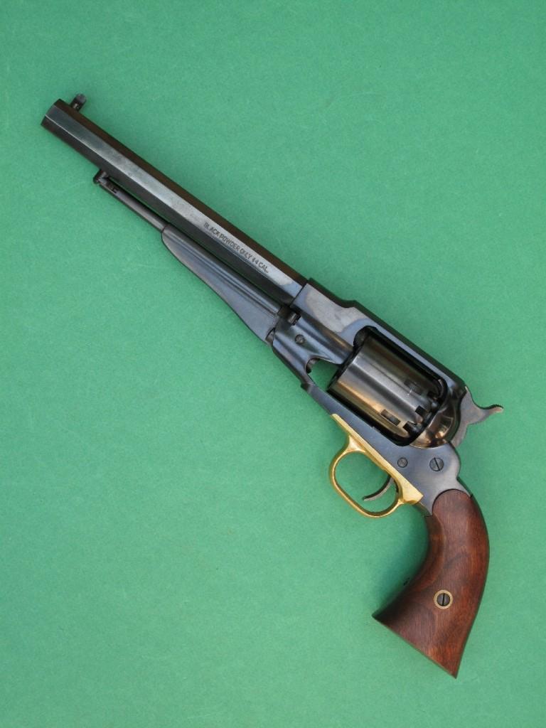 Réplique du Remington New Model Army 1858 fabriquée par Pietta. Il s'agit d'un revolver à percussion à 6 coups en calibre .44 (chargement par l'avant du barillet), avec un canon long de 8 pouces (203 mm).