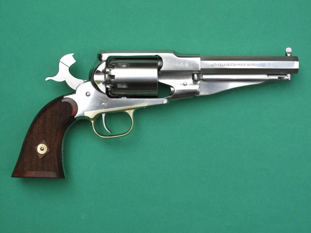 L'emploi de l'acier inoxydable est bien sûr anachronique par rapport à l'arme d'époque, mais il a l'avantage de procurer à cette version du Remington 1858 Sheriff une apparence très proche de celle d'un modèle nickelé et de rendre beaucoup plus faciles les opérations de nettoyage et d'entretien.