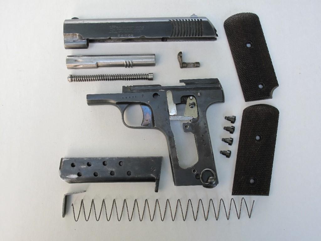 Démontage de campagne du pistolet Alkar, arme de poing de type Ruby 14-18, incluant le démontage des plaquettes de crosse (pas indispensable, mais la corrosion vient apparaît souvent sous le bois) et du chargeur.