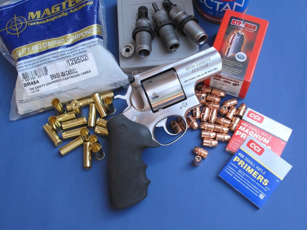 Le Ruger Super Redhawk « Alaskan », accompagné par le jeu d'outils RCBS, les balles Hornady, les douilles Magtech, les amorces CCI et la poudre Vectan Sp3 que nous avons utilisés pour la confection des cartouches rechargées en calibre .454 Casull.