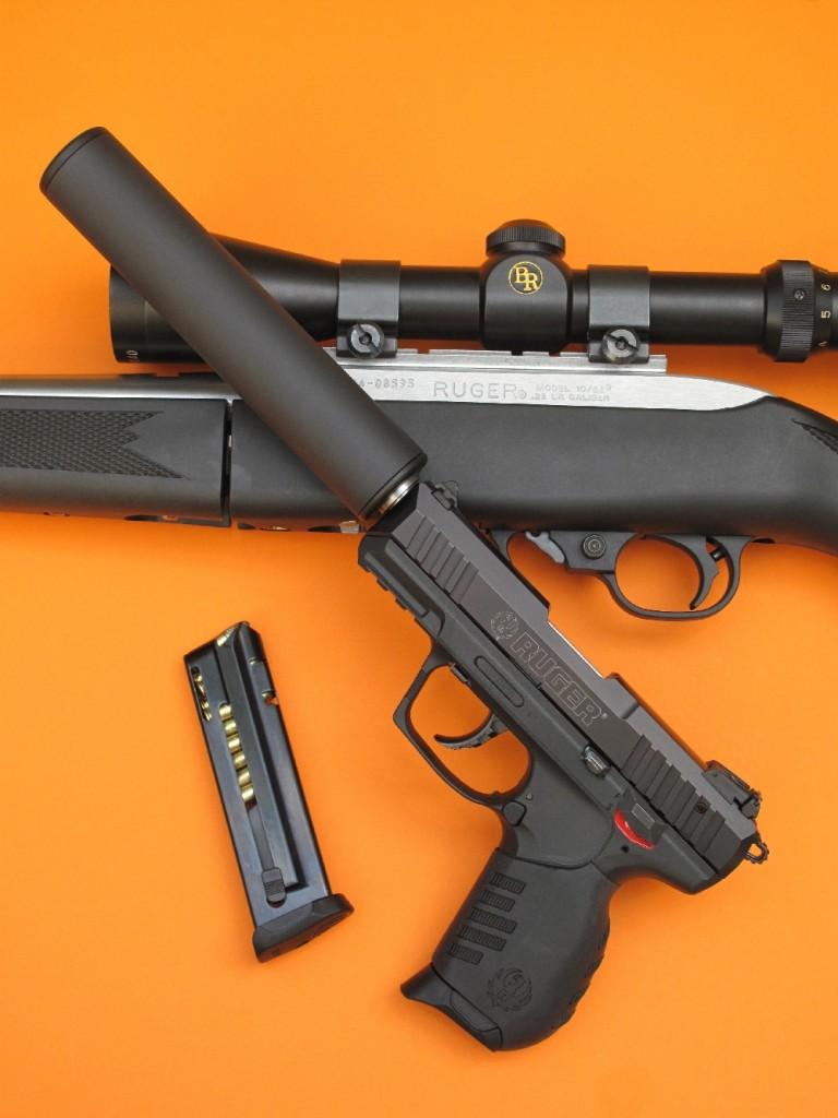 Le pistolet Ruger SR22 de notre banc d'essai, dont le canon a été fileté par l'armurerie FMR-Unique et équipé d'un silencieux Brügger & Thomet.