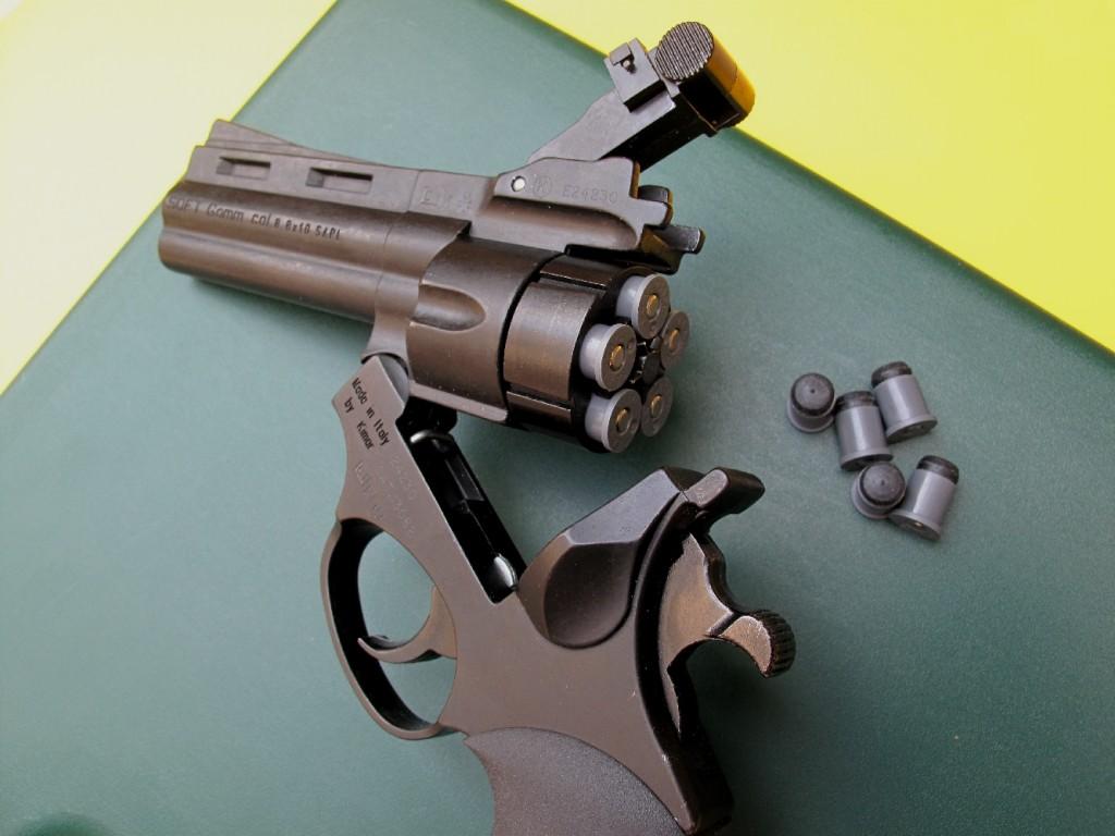 Le Soft Gomm est un revolver à 5 coups, qui permet de tirer les munitions calibre 8,8 mm x 10 mm Soft Gomm à balle en caoutchouc, mises au point par la société française SAPL. Souvent présenté comme une arme de défense, il est plutôt à classer comme arme de loisir pour le tir réduit.