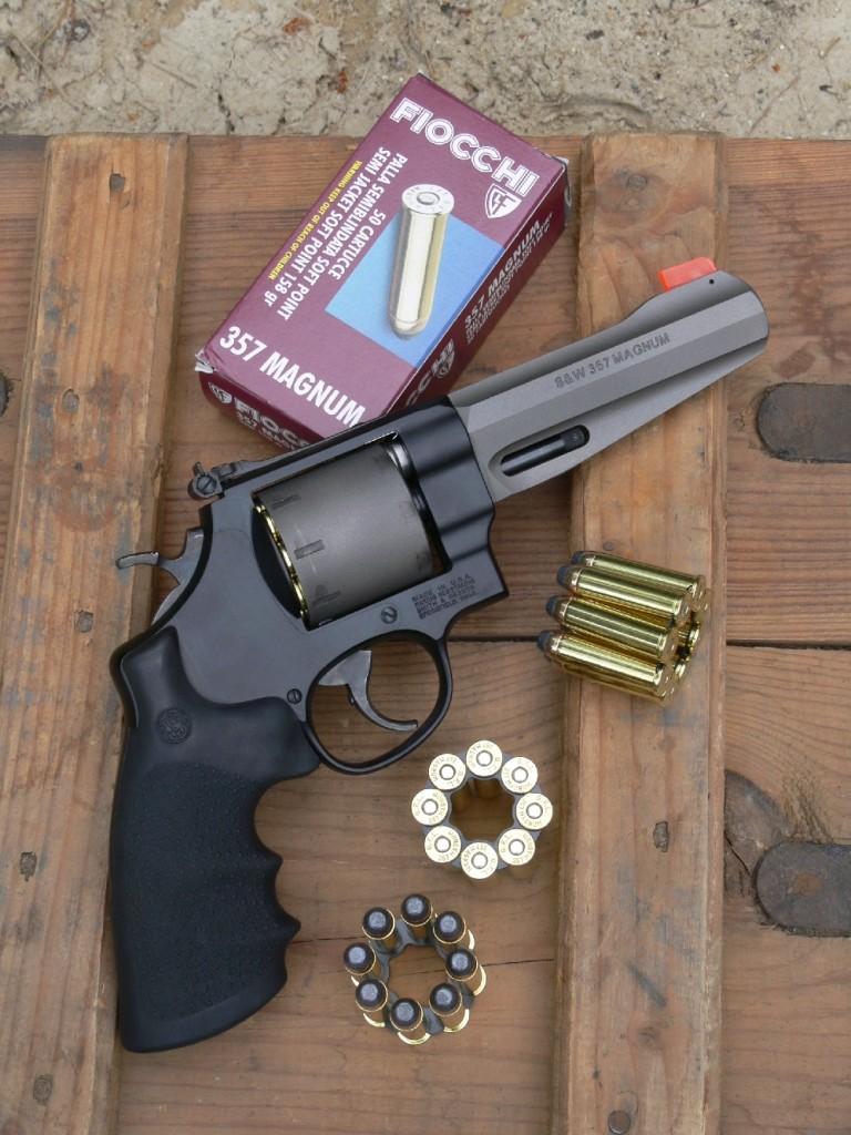 Initialement muni d'un canon court le cantonnant au rôle d'arme de défense, le revolver .357 Magnum ultra-léger (titane et scandium) de la firme Smith & Wesson se voit décliné en version sportive et polyvalente grâce à l'adjonction d'un canon de 5 pouces, d'une poignée monogrip Hogue et d'une visée réglable. L'arme est livrée avec trois clips de chargement en étoile pouvant recevoir chacun huit cartouches qui se substituent de façon simple et économique aux habituels accessoires de type speed-loader.