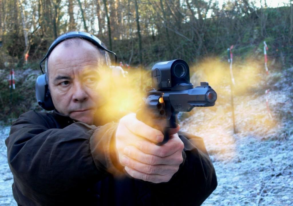 Avec sa robuste carcasse pour calibre .44 abritant un barillet à 8 coups chambré en .357 Magnum et son canon de cinq pouces généreusement doté de rails porte-accessoires, le Smith & Wesson modèle 327 Military & Police R8 se présente comme une puissante arme tactique d'intervention. Il est ici équipé d'un collimateur Zeiss Z-Point.