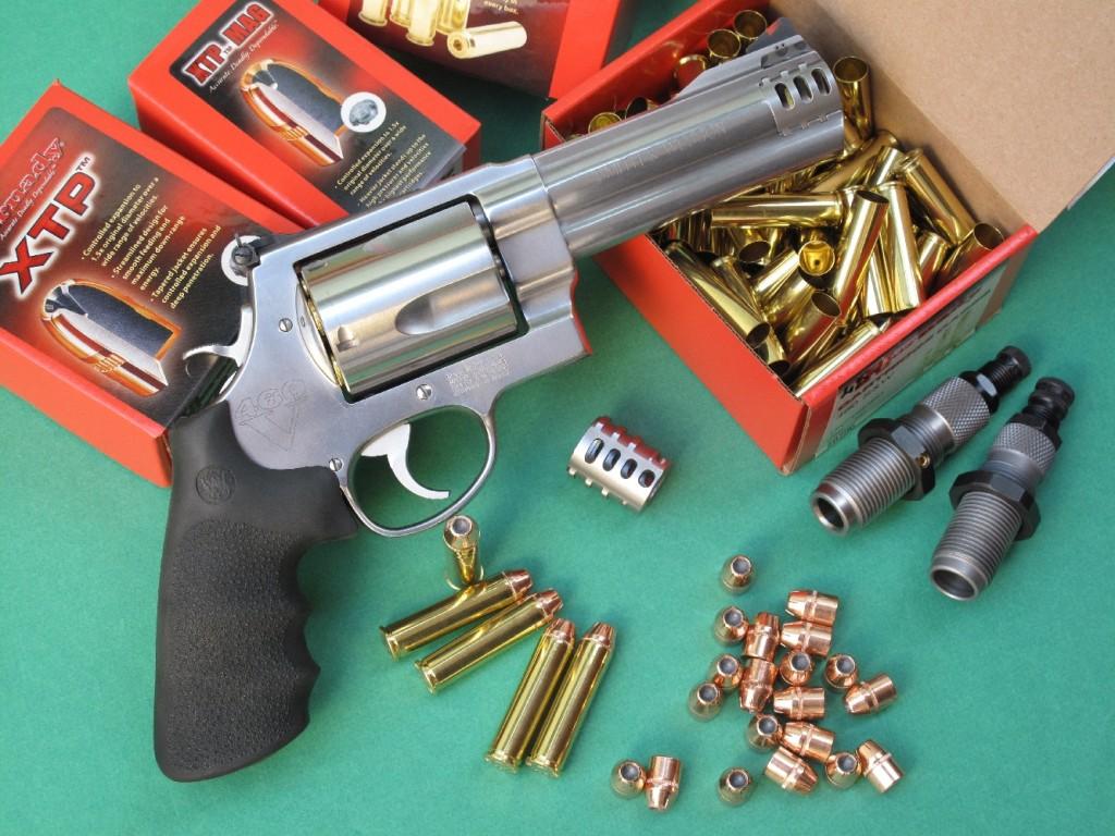 Smith & Wesson désigne son 460XVR comme étant « the highest muzzle velocity of any production revolver on the planet » avec une vitesse de 2 330 pieds par seconde (710 m/s) annoncée pour un projectile de 200 grains (12,96 g) lancé par un canon de 8 pouces 3/8, ce qui correspond à une énergie cinétique de 333 kgm (3 396 joules) !
