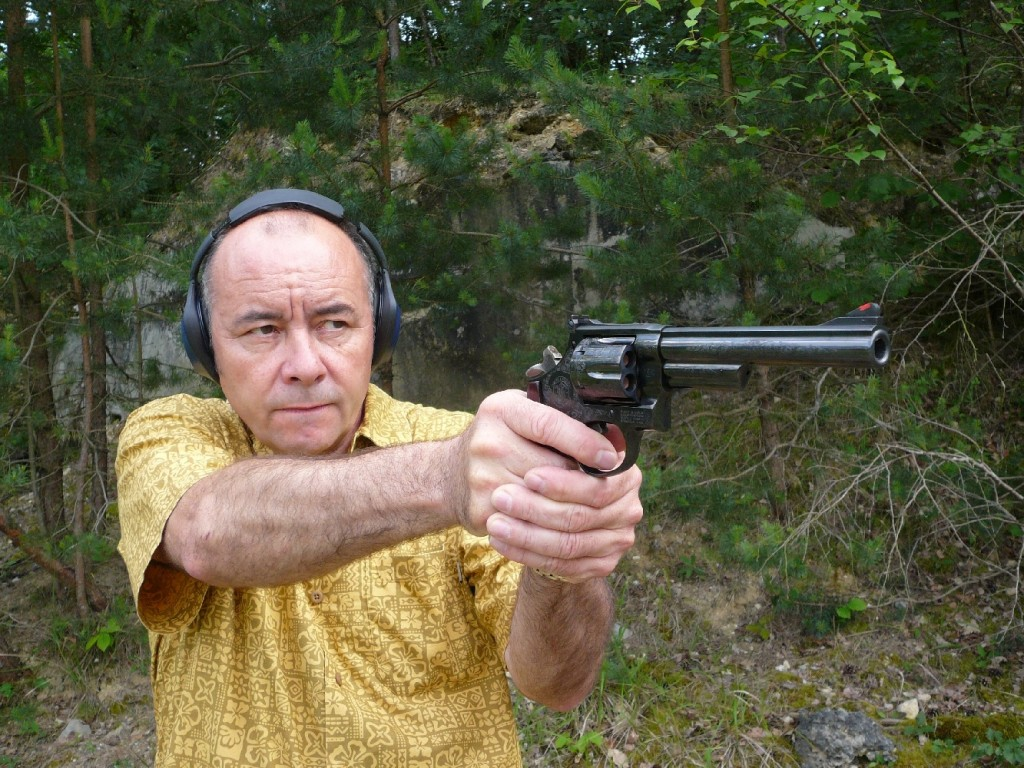 La firme Smith & Wesson a pris l'heureuse initiative de rééditer son mythique revolver modèle 29, de calibre .44 Magnum, lequel avait disparu du catalogue depuis une dizaine d'années pour laisser le champ libre au modèle 629, sa version moderne construite en acier inoxydable. Au début des années soixante-dix, le cinéma américain lui avait offert au modèle 29 extraordinaire popularité grâce à une série de films mettant en scène l'inspecteur Harry Callahan (Clint Eastwood) : Dirty Harry (L'inspecteur Harry), Magnum Force, The Enforcer (L'inspecteur ne renonce jamais), Sudden Impact (Le retour de l'inspecteur Harry), The Dead Pool (L'inspecteur Harry est la dernière cible).