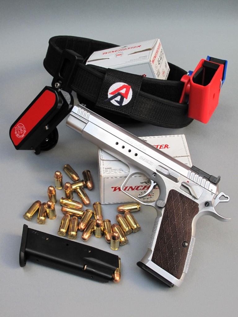 Le pistolet Tanfoglio « Gold Match », accompagné par un ensemble hi-tech composé d'un ceinturon, d'un sous-ceinturon, d'un holster et de deux porte-chargeurs, réalisé par la firme hollandaise Double Alpha Academy (sigle AA).