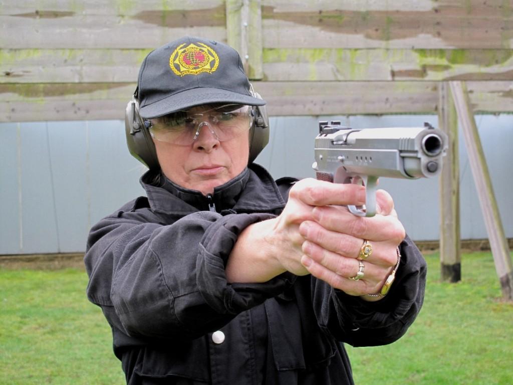 Si le poids de l'arme est un atout pour le tir dynamique, parce qu'il minimise le recul et le relèvement, il en va tout autrement pour le tir statique au cours duquel la fatigue du bras se fait rapidement ressentir.