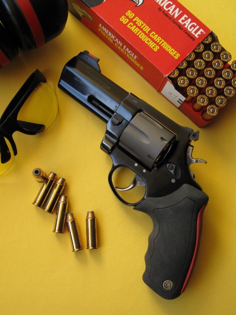 Le Taurus modèle 444 Ultra-Lite comporte une carcasse et un manchon de canon en alliage léger, la carcasse renfermant un barillet en titane et le manchon recouvrant un tube en acier inoxydable. Sa poignée reçoit une plaquette monolithique moulée en néoprène noir, dotée dans sa partie dorsale d'un insert en caoutchouc destiné à amortir le recul de la puissante cartouche de calibre .44 Magnum. Mais en repoussant sans cesse les limites, dans leur course à la puissance et à la légèreté, les fabricants ne vont-ils pas parfois un peu trop loin ?